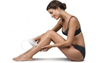 Lady performing easy leg IPL treatment with the Philips Lumea Comfort SC1981